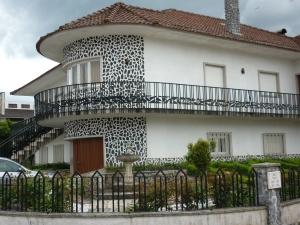 Love the architecture of this typical modern Portuguese house